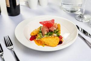 Салат с жареным сыром халуми, прошутто и спагетти из тыквы